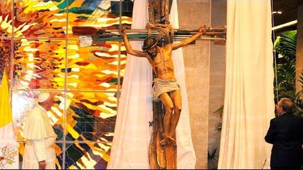 La obra Milagro en el momento en que es regalada al papa Francisco durante su visita a Cuba (CC)