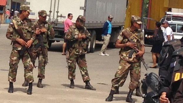Militares nicaragüenses en la frontera con Costa Rica para impedir el paso de los cubanos (Foto 14ymedio/Reinaldo Escobar)