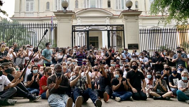 More than 300 Cuban artists and intellectuals gathered at the doors of the Ministry of Culture on November 27. (Reynier Leyva Novo)