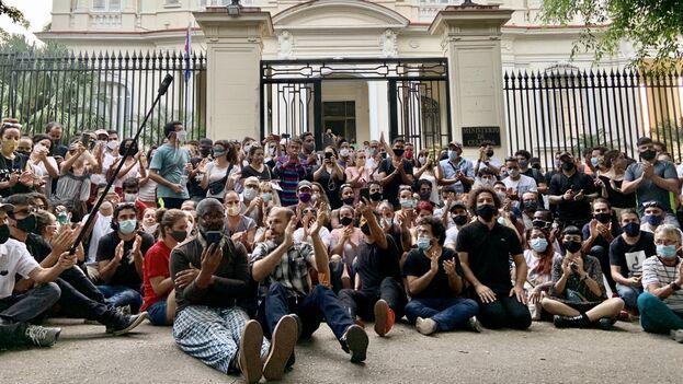 Más de 300 artistas e intelectuales cubanos se congregaron a las puertas del Ministerio de Cultura el pasado 27 de noviembre. (Reynier Leyva Novo)