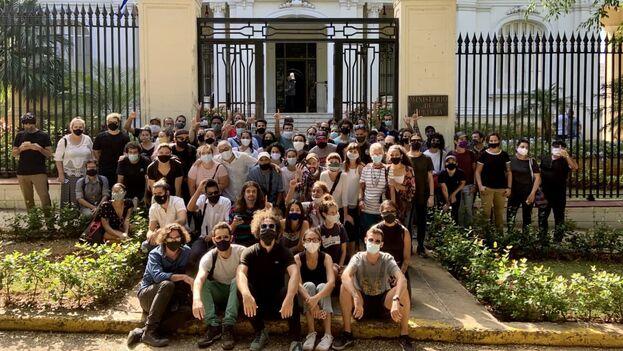 El primer grupo de artistas que se plantó frente al Ministerio de Cultura el 27 de noviembre pasado. (Reynier Leyva Novo)