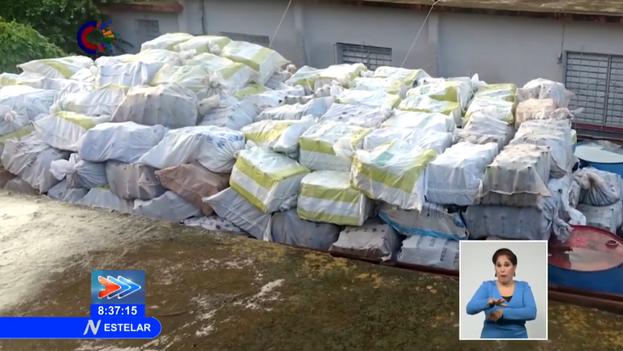 El Ministerio del Interior decomisó al campesino, actualmente en prisión preventiva, más de 1.250 sacos que contenían 62.8450 botellas con puré de tomate. (Captura)