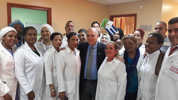 El entonces Ministro de Salud Pública, Roberto Morales Ojeda, con sanitarios cubanos en Argelia, en 2018. (Embajada de Cuba en Argelia)