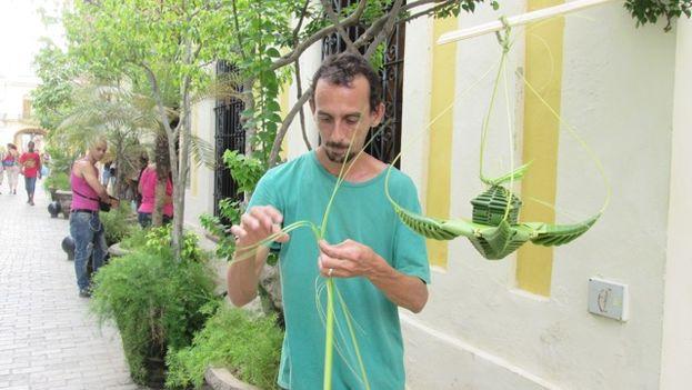 Misael González, tejedor en las calles de La Habana. (14ymedio)
