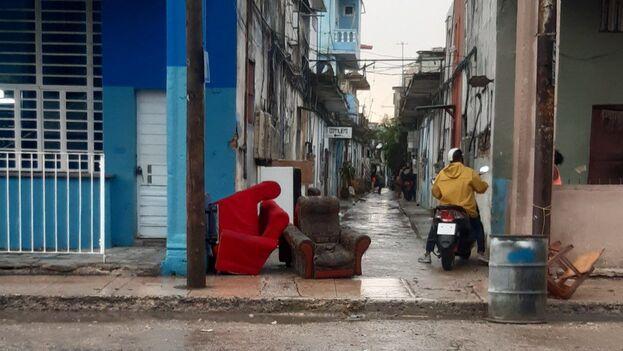 """Las vecinas del """"solar de Míster Joe"""", en Calzada del Cerro, sacaron a la calle muebles y electrodomésticos luego de inundarse sus casas. (14ymedio)"""