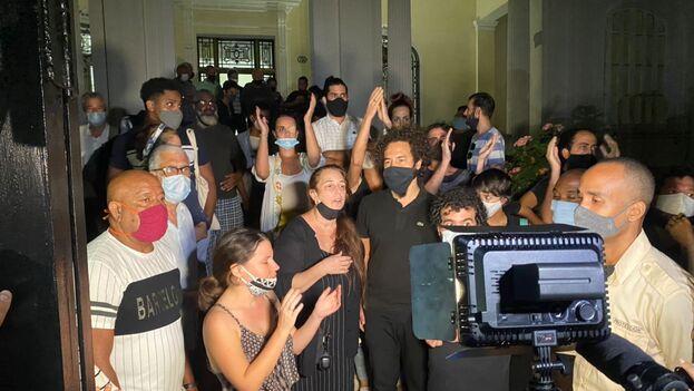 Momento en el que salen del Ministerio de Cultura la treintena de artistas que estuvieron casi cinco horas reunidos con el viceministro Fernando Rojas. (14ymedio)