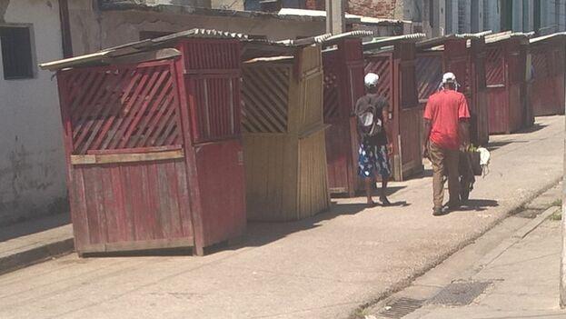Todos los kioscos del bazar de santería, en la calle Moncada de Santiago de Cuba, están cerrados por orden de las autoridades. (14ymedio)