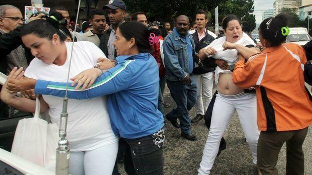"""Los organizadores mostraron su solidaridad con el Movimiento de las Damas de Blanco """"reprimidas semana tras semana por la dictadura"""". (EFE)"""