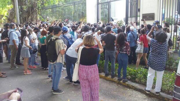 Los artistas llegaron para expresar su solidaridad con los integrantes del Movimiento San Isidro y exigir un encuentro con el ministro de cultura. (Facebook/Ahmel Echevarría)