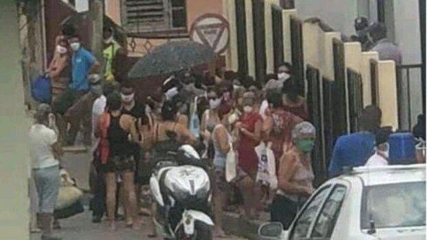 Muchas zonas alrededor de las tiendas en la ciudad de Matanzas siguen siendo un hervidero de gente para comprar comida. (Cortesía)
