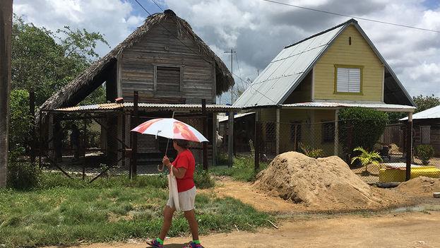 Muchas casas se ven vacías y deshabitadas porque sus propietarios se han mudado hacia otros pueblos en busca de un mayor desarrollo económico