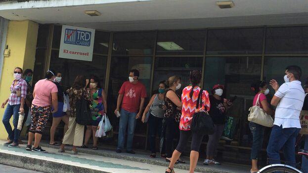 Muchos de los productos del mercado negro incautados en las últimas semanas fueron sacados de las tiendas de divisas a través de redes de acaparadores. (Laura Rodríguez)
