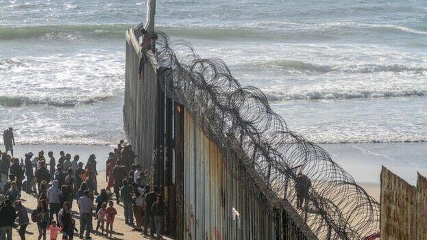 Muro que divide el territorio estadounidense del mexicano en la frontera entre ambos países. (EFE)