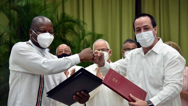 Los ministros de Salud de Kenia y Cuba, respectivamente, Mutahi Kagwe y José Ángel Portal Miranda. (Minsap)