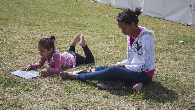 Una madre joven con su hija. (14ymedio)