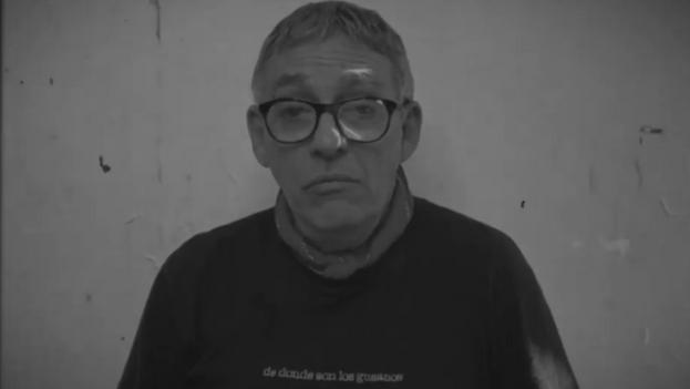 El escritor Néstor Díaz de Villegas, en un momento de la lectura en 'La sombra de Heberto Padilla'. (Captura)