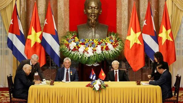 El presidente vietnamita, Nguyen Phu Trong, y su homólogo cubano, Miguel Díaz-Canel Bermúdez, presencian la firma de un acuerdo comercial. (EFE)