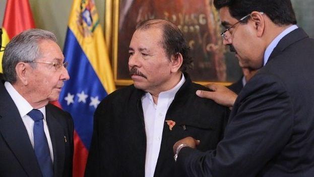 El exgobernante cubano, Raúl Castro, junto al presidente de Nicaragua, Daniel Ortega y su par venezolano, Nicolás Maduro. (Twitter)