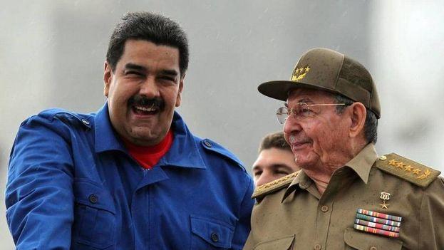 Nicolás Maduro y Raúl Castro durante un acto el 1 de mayo en La Habana. (EFE)