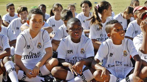Niños cubanos vestidos con el uniforme del Real Madrid. (EFE)