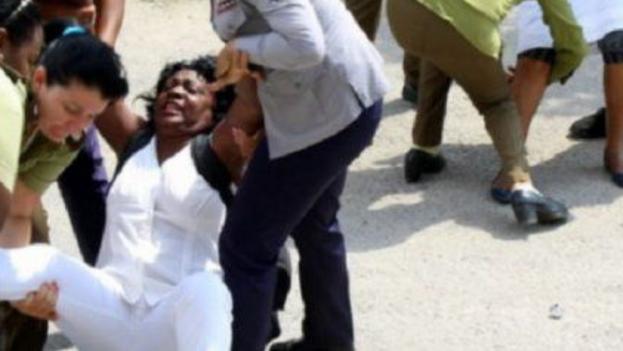 """La OCDH señala que en los actos de repudio contra las Damas de Blanco se practica el """"linchamiento social"""", con predominio de agresiones verbales pero también con violencia física. (OCDH)"""