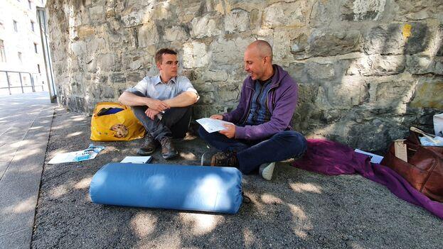 El funcionario de la ONU Tom Haeck junto al activista Ariel Ruiz Urquiola, en Ginegra, Suiza, este miércoles. (Twitter/@ilianahcuba)