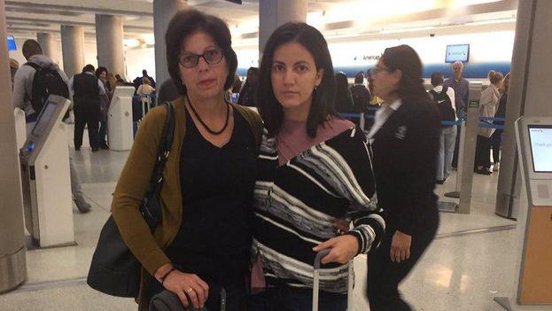 Rosa María Payá junto a su madre, Ofelia Acevedo, en el aeropuerto de Miami poco antes de viajar a La Habana este 26 de octubre de 2017. (@RosaMariaPaya)