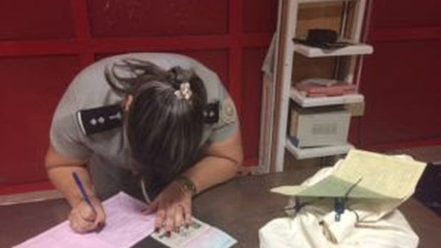 Oficial de Aduana en el proceso de incautación de las pertenencias de Eliecer Ávila. (Somos +)