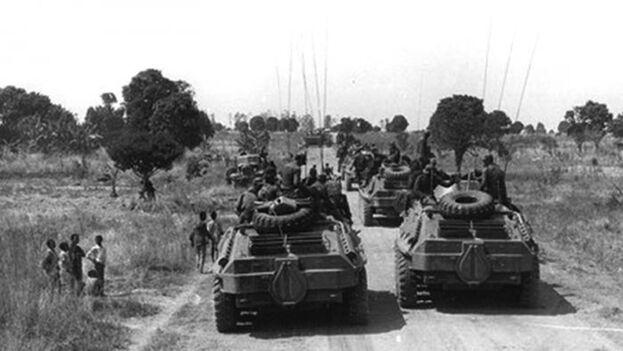Oficiales cubanos en una operación militar que se dirigía a Cangamba (Angola). (Verde Olivo)