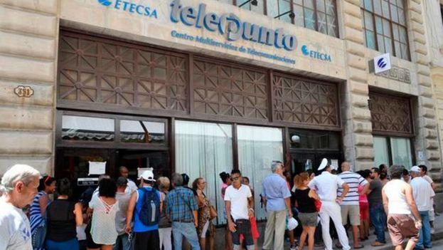 Oficina de la Empresa de Telecomunicaciones de Cuba en La Habana Vieja. (EFE)