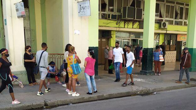Cola para una Oficina de Registro de Consumidores en Centro Habana, en la capital. (14ymedio)