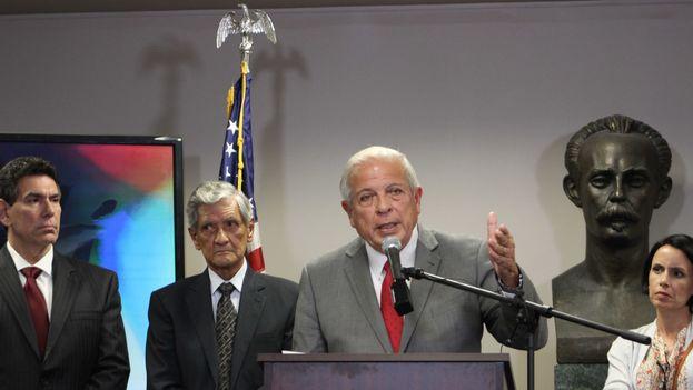 El director de la Oficina de Transmisiones hacia Cuba, Tomás Regalado, durante una conferencia de prensa esta mañana en Miami. (14ymedio)