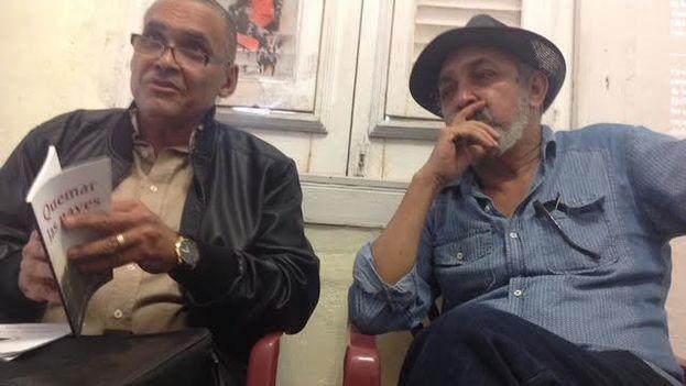 El poeta Jorge Olivera Castillo y el escritor Víctor Manuel Domínguez. (14ymedio)