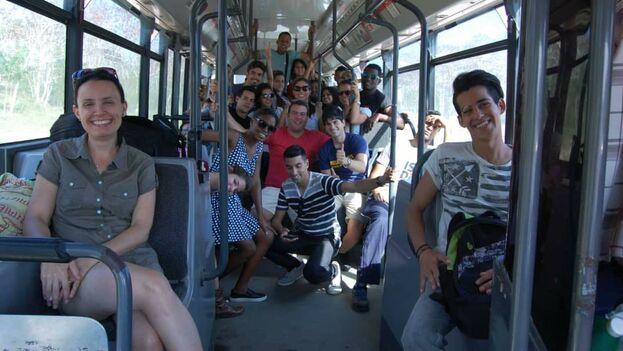 A la izquierda Omara Ruiz Urquiola, al fondo estudiantes de diseño industrial durante una de las excursiones que planifican los profesores con enfoque de extensión universitaria. (Facebook-Miguel Monk)