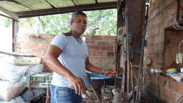 Onel Vara Fernández mantiene una licencia de productor y vendedor de útiles del hogar en Camagüey. (14ymedio)