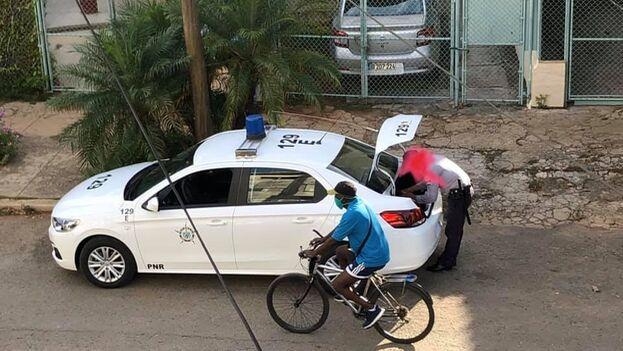 Operativo policial a la puerta de la vivienda de Mónica Baró. (M.B. /Facebook)