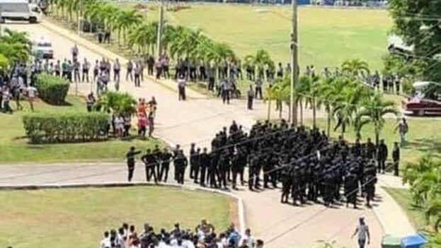 Operativo policial en el campus de la escuela Salvador Allende en el reparto Altahabana, del municipio de Boyeros. (BrazzaNews)