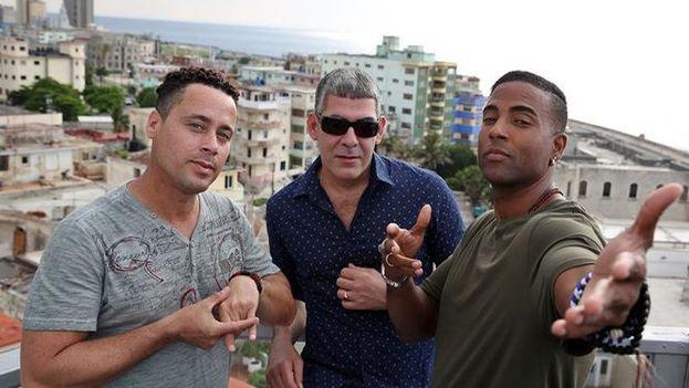 Los integrantes del grupo de hip hop cubano Orishas, Yotuel Romero (d), Roldán González (c) e Hiram Riverí (i). (EFE)