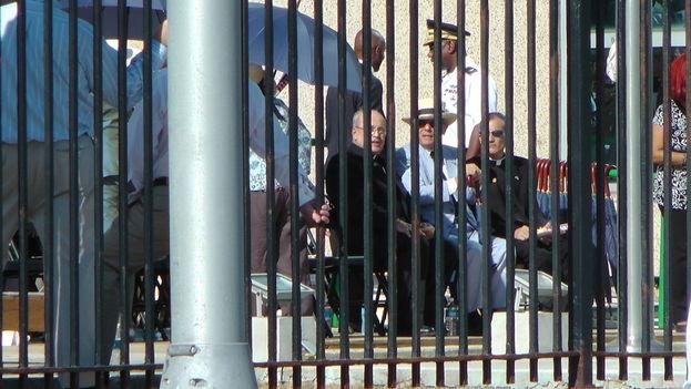 El cardenal Jaime Ortega, arzobispo de La Habana, y Eusebio Leal, en primera fila de la ceremonia en la embajada de EE UU