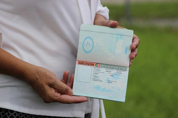 La viuda del disidente cubano Oswaldo Payá enseña la habilitación de su pasaporte, otorgada por las mismas autoridades que luego no la dejaron entrar a Cuba. (14ymedio)