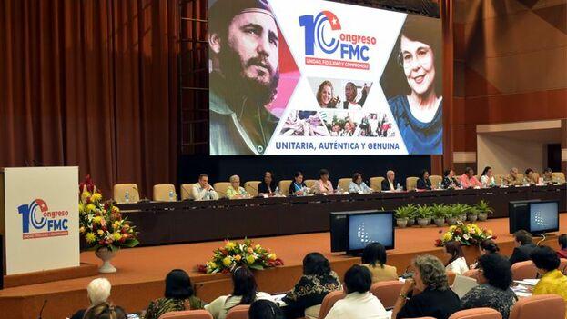 Raúl Castro llegó al Palacio de Convenciones de La Habana junto a Díaz-Canel y saludó a las más de 350 mujeres que asisten al cónclave. (@ETECSA_Cuba)