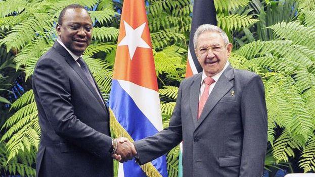Durante el encuentro en el Palacio de la Revolución, Castro y Kenyatta destacaron las relaciones de amistad que existen entre los dos países. (@CubaMINREX)
