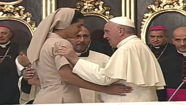 El Papa Francisco saluda a una religiosa en la Catedral de La Habana. (Youtube)