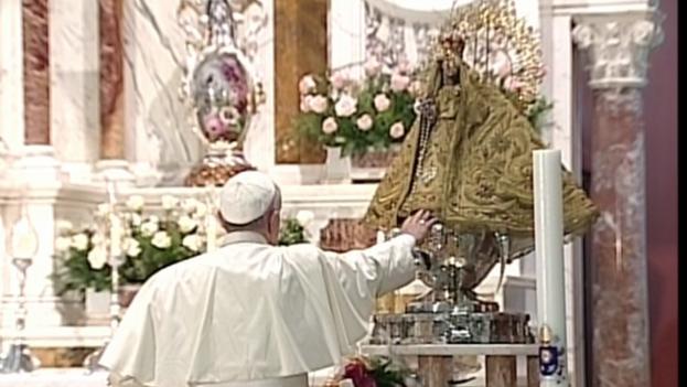 Papa Francisco frente a la Virgen de la Caridad. (Youtube)