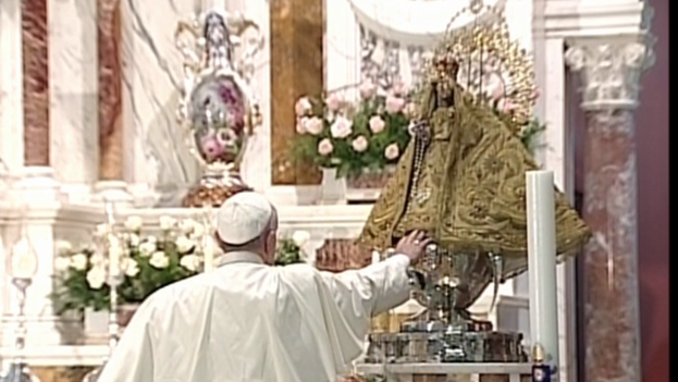 Papa Francisco frente a la Virgen de la Caridad. (Youtube)