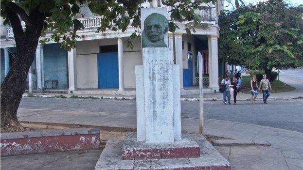 Parque Ballinas, Busto a Martí, Observar las manchas en la marmolina utilizada para pintar la base. (Juan Carlos Fernández)