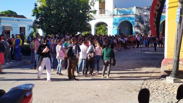 """Acto de """"reafirmación revolucionaria"""" con jóvenes en el Parque Serafín Sánchez de Sancti Spíritus. (14ymedio)"""