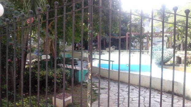 En Sol y Oficios, hay un parque cerrado y una fuente seca. Para su desgracia, por aquí no pasan tantos turistas