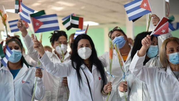 Parte del grupo de sanitarios cubanos que regresó este lunes de Emiratos Árabes Unidos. (Omara García/Ministerio de Salud)