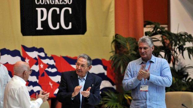 El gobernante Raúl Castro (centro), José Ramón Machado, segundo secretario del Partido Comunista (izq.), y Miguel Díaz-Canel, primer vicepresidente, durante una sesión del Séptimo Congreso del Partido Comunista. (EFE)